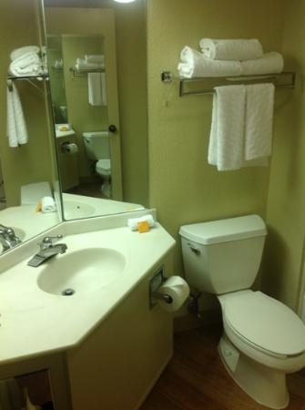 La Quinta Inn & Suites Charlotte Airport North: Bathroom -2