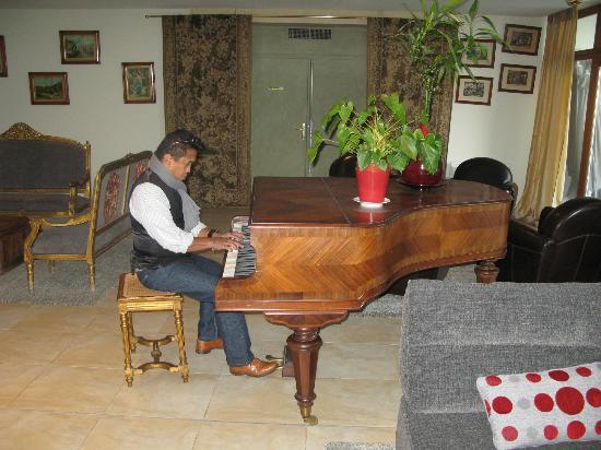 Chateau de Garrevaques : Un amis au piano pendant le petit-déjeuner.