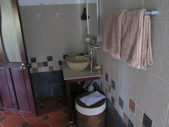 Cassia Cottage: Large bathroom