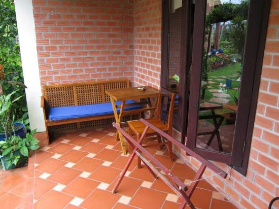 Cassia Cottage: Sitting area outside our cottage
