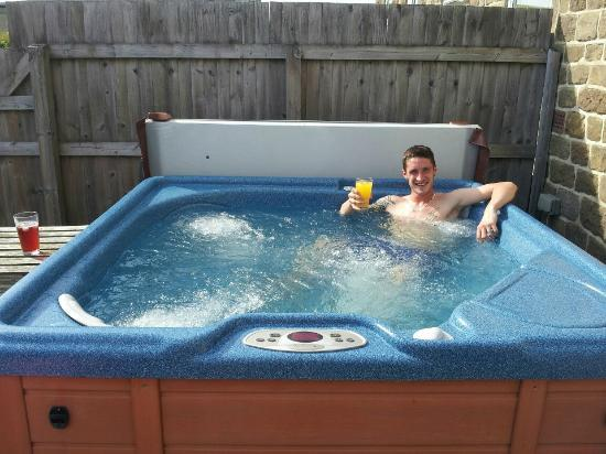 Brimham Rocks Cottages: hot tub again