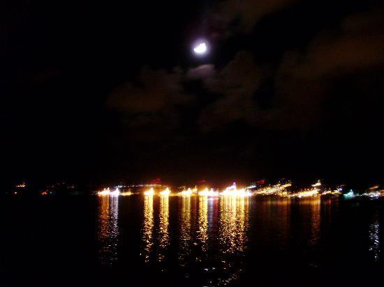 Vista por la noche desde el Decameron Aquarium