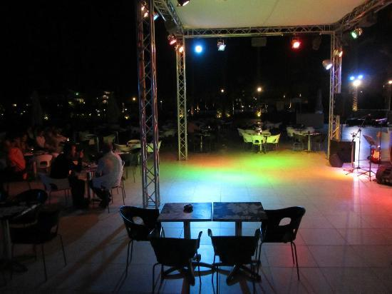 Cleopatra Luxury Resort Makadi Bay: Tanzfläche Poolbar am Abend