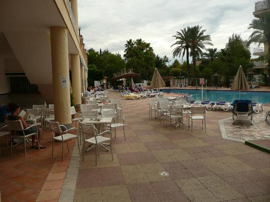 Globales Palmanova: pool view after exiting bar