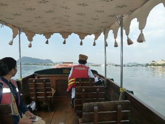 The Oberoi Udaivilas : Boat to hotel