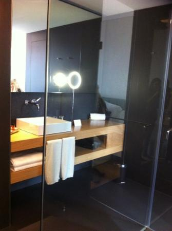 Hotel Ohla Barcelona: bath room with waterfall shower