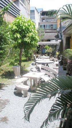 Phuket Backpacker: Patio 