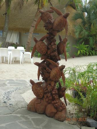 Crown Beach Resort & Spa: sculpture at Oceans