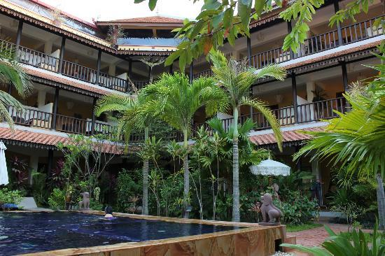 Siddharta Boutique Hotel: Look up from the pool