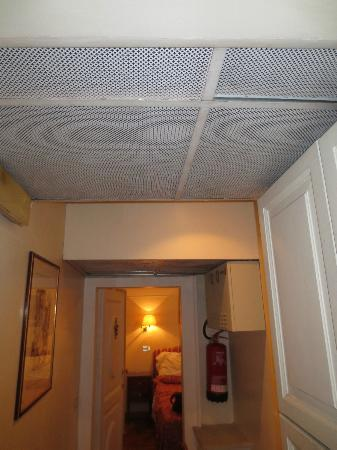 Hotel Due Torri: Filthy Hallyway with dropped ceiling leading to the room