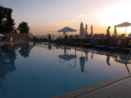 Splendid Golden Rocks Resort: Pool at sunset.