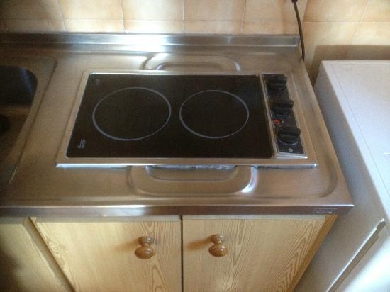 Apartamentos Playa Ferrera: Electric hob fitted to sink unit drainer...