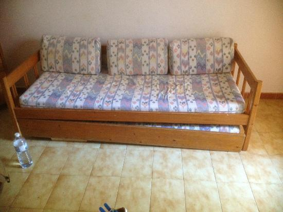 Apartamentos Playa Ferrera: Pull out bed. All broken.