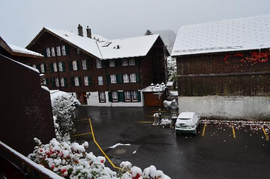 Hotel Chalet Swiss: View of the hotel from room in Annexe..