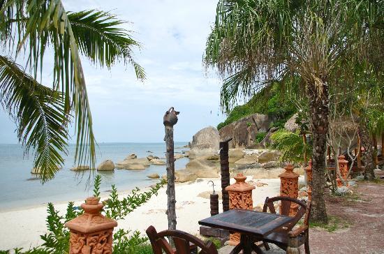 Crystal Bay Yacht Club: Resting area between beach & pool