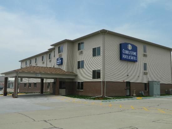 Cobblestone Hotel & Suites Fairbury, NE : Hotel Entrance