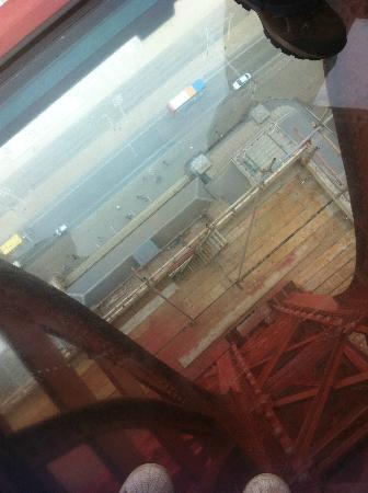 Tour et Cirque de Blackpool (Blackpool Tower and Circus) : Looking down through the 'glass floor'