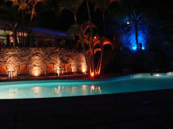 Hotel Mandragora: Pileta y Balcon desayunador y comedor