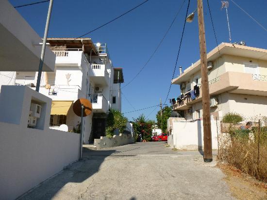 Afandou Village Apartments: Stradina fuori la casa