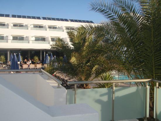 Hotel Lanzarote Village: View to pool bar from room 1228