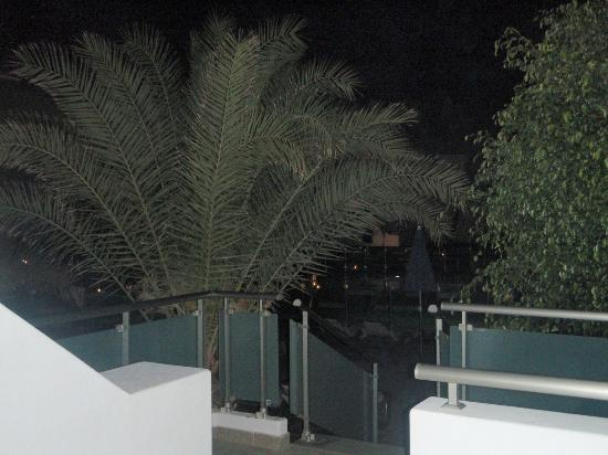 Hotel Lanzarote Village: Night view from our balcony towards the pool