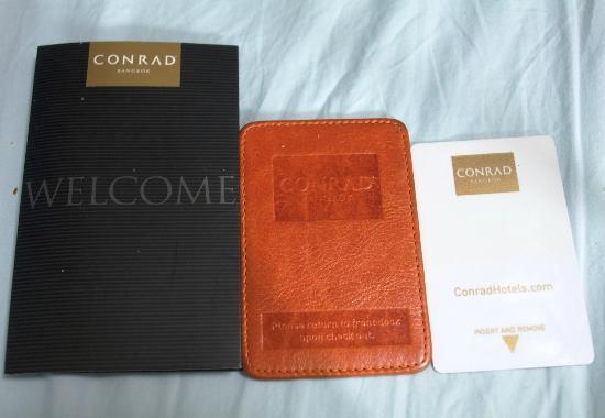 Conrad Bangkok Hotel: 中央がIC内蔵の革製のルームキー、右が電気ON/OFFのカード