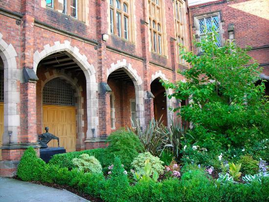 Queen's University: The inner courtyard garden at Queens University