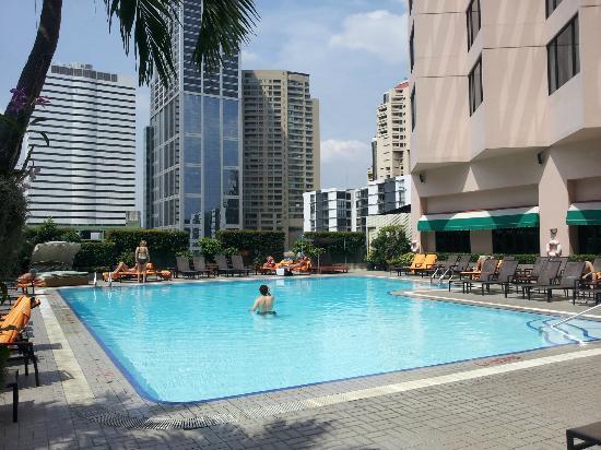 Rembrandt Hotel Bangkok : Pool area