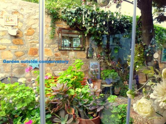 Rengigul Konukevi : Looking out of conservatory to garden