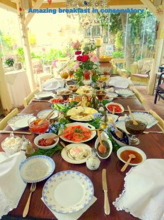 Rengigul Konukevi : Amazing breakfast in conservatory