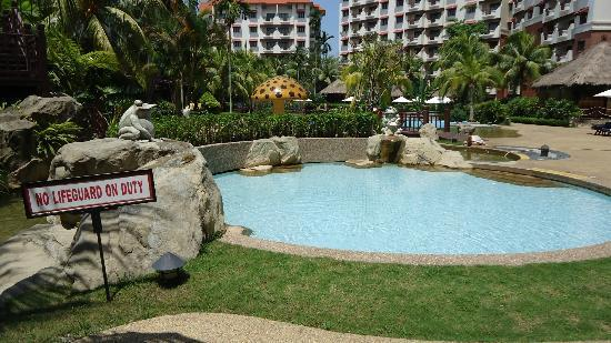 Holiday Inn Resort Batam: Swimming pool area