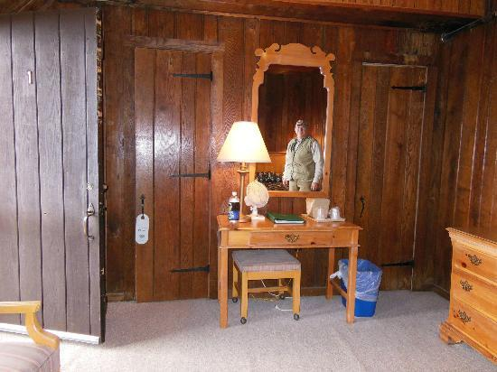 Big Meadows Lodge: Bathroom door on the left and closet on the right