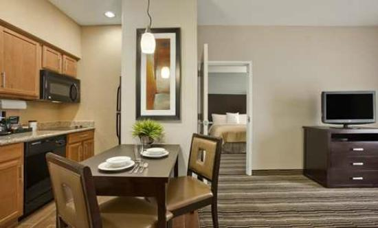 Homewood Suites by Hilton Cedar Rapids North: Dining Table