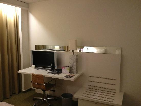 โรงแรมบลูม!: The desk area is shared with the TV so extremely limited.