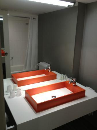 โรงแรมบลูม!: A fantastic bathroom sink and mirror reflection of the shower in the background.