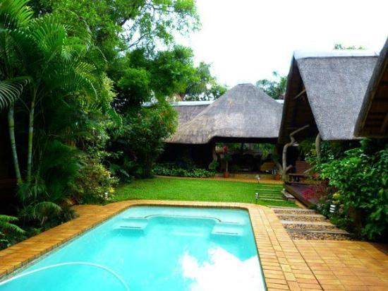 Mhlati Guest Cottages: Pool next to rooms- lovely