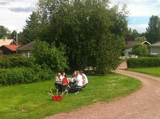Prinsgarden Vandrarhem: Front garden/outdoor dining