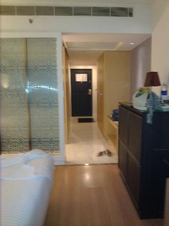 Le Meridien Kochi: room entrance, left side is the bathroom