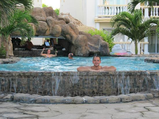 Pelican Reef Villas Resort : Pool and swim up bar