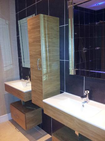 Hillgrove Hotel, Leisure & Spa: Twin sinks in the huge shower room
