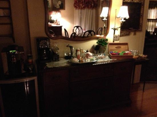 Pine Bush House Bed & Breakfast: 24/7 coffee, tea and more!