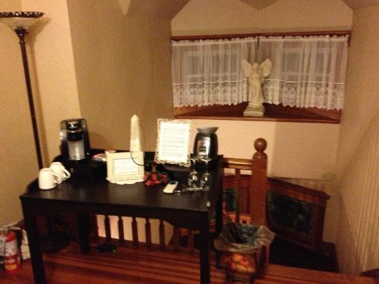 Pine Bush House Bed & Breakfast: Top of the stairs on the third floor, coffee station for Vineyard Retreat Suite