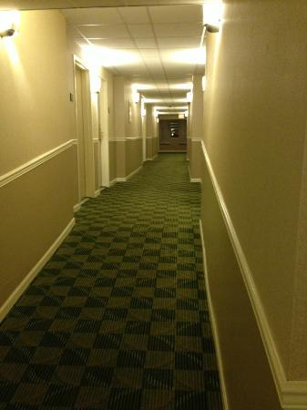 Best Western Cowichan Valley Inn : Corridor to rooms