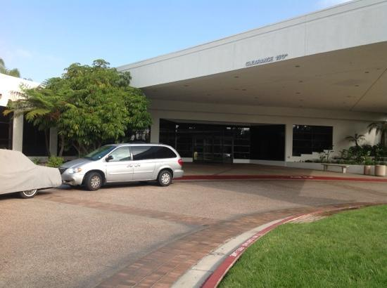 Four Points by Sheraton San Diego: front of hotel no markings stating it is a 4 points other then sign on the rd