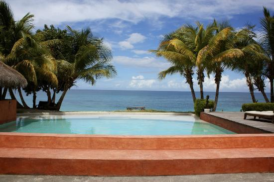 Laluna Hotel: Pool with a beach view