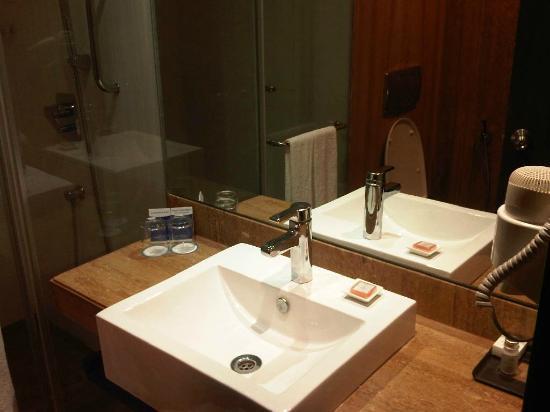 Hotel Sarovar Portico Rajkot: Bathroom