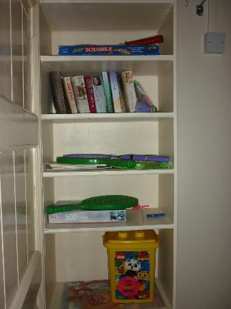 Farley Cottage: Games and books provided free of charge to use