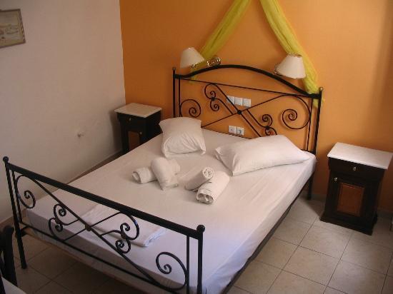 Markakis Studios Fira: double bed room
