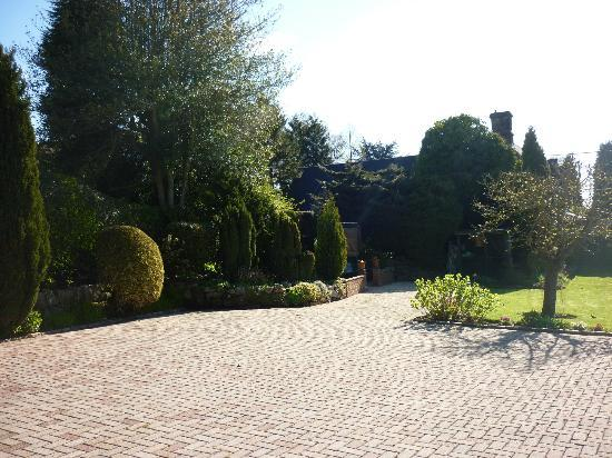 Farley Cottage: Beautiful grounds to relax in