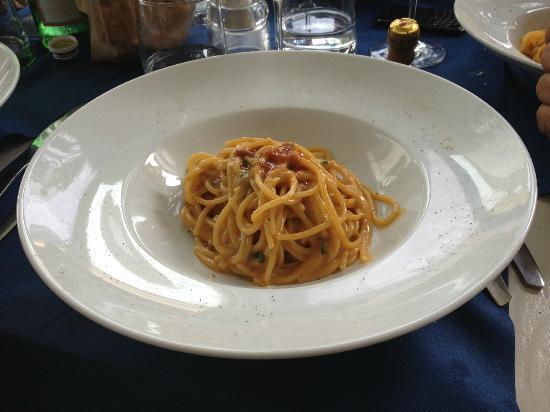 Marina di Cecina, Italy: Spaghetti con polpa di ricci (Se almeno la porzione avesse coperto l'incavo del piatto...)Antipa